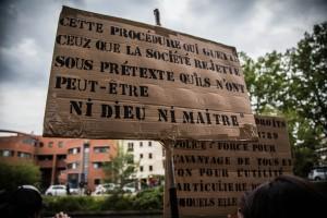Panneaux récupérés par la police au cours du contre-rassemblement